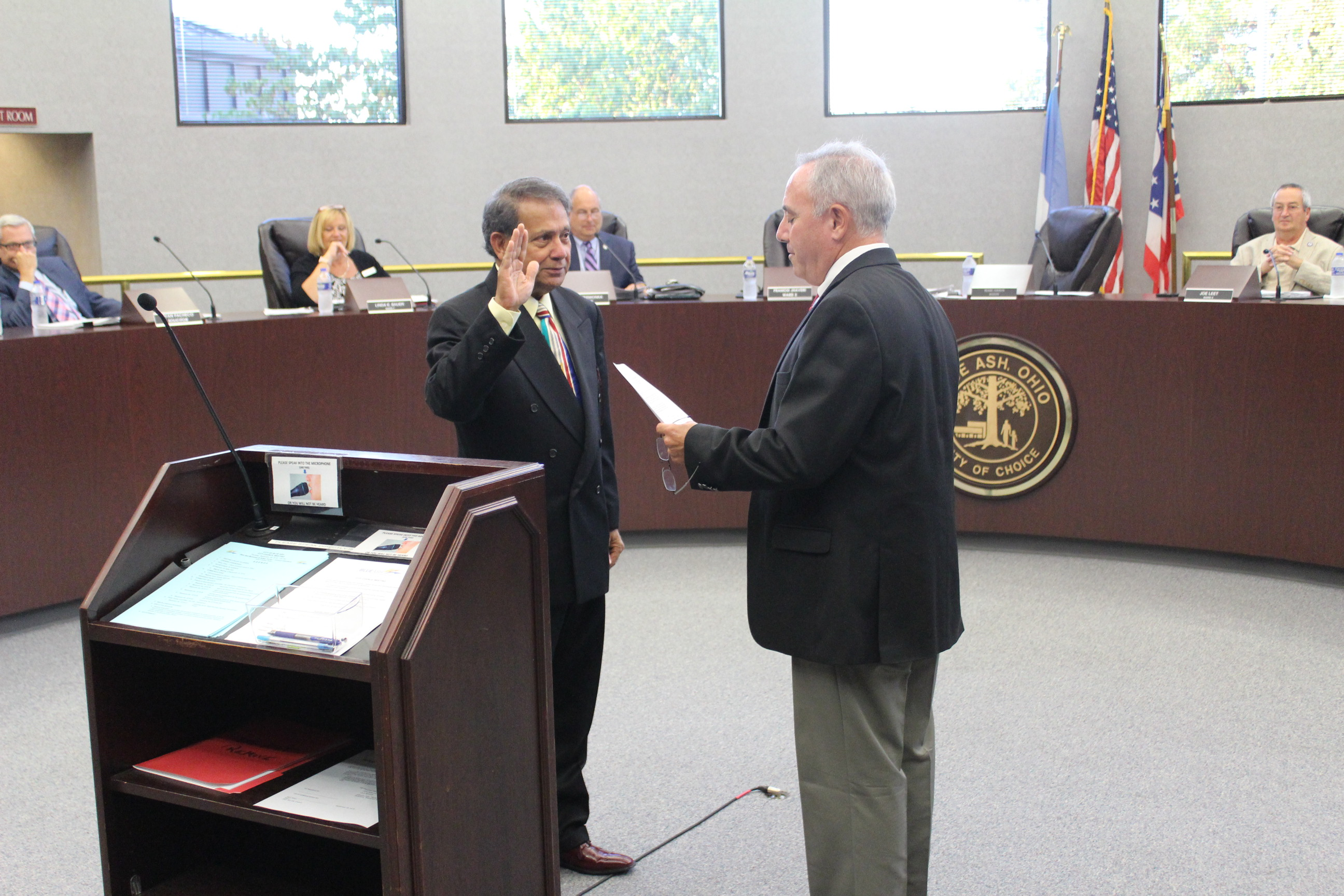 Mayor Sirkin swearing in Vice Mayor Jhaveri at the September 26 City Council meeting